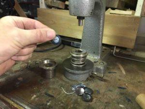 tapissier décorateur nantes 44 fabrication d'un bouton